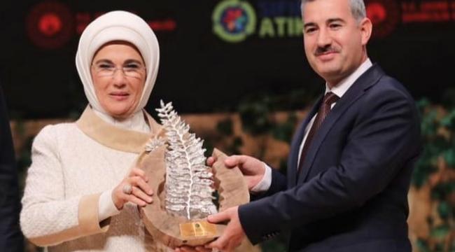 Emine Erdoğandan Başkan Çınara ödül