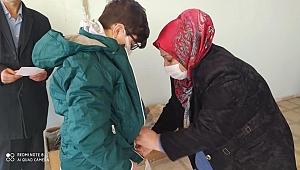 Eğitim gönüllüsü Doktor 50 ihtiyaç sahibi öğrenciyi sevindirdi